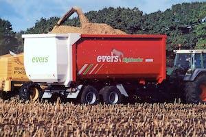 De Highlander-afschuifwagen is vooral bedoeld voor gras- en maistransport. Maar ook is-ie graandicht en robuust gebouwd, voor granen, kalk en compost.