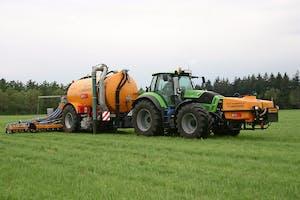 Met de Nutri-Flow voeg je vloeibare kunstmest toe aan drijfmest in één werkgang. De vooraad zit voor op de trekker. Toevoegen gebeurt vlak voor de mest de bodem in gaat.