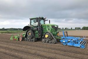 Omdat Erf biologisch teelt, rijden ze vaker over het perceel om de gewassen bij te houden. Dit maakt een zo laag mogelijke bodemdruk per werkgang belangrijk.
