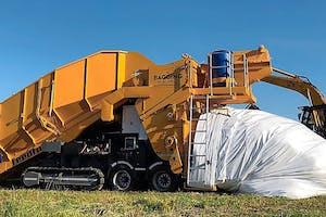 De slurven zijn grofweg drie meter in doorsnee. Deze baggingmachine zou alle producten moeten kunnen verwerken: van mais en perspulp tot kuilgras en stalmest.