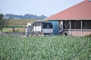 De aanstaande Lely maai-/stalvoederingsrobot staat hier geparkeerd naast een koeienstal ergens in zuidwest Nederland.
