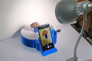 Een statiefje houdt de telefoon vast, het plateau draait rond om het monster van alle kanten te fotograferen. - Foto: Colby Brungard