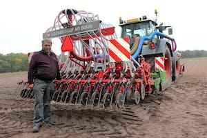 Loonwerker Ad Buijs uit Hedikhuizen (N.-Br.) is trots op wat hij maakte. Hij rijdt door heel zuid Nederland om met deze combinatie eiwitrijke gewascombinaties te zaaien. Een directe wens van veel veehouders.