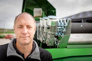 Rene Dijkstra (51) bij een stortbak van Visser Bolsward, de meest recente toevoeging aan het leveringsprogramma. Dijkstra Langeweg richt zich op de akkerbouw, bollentelers, veehouderij en fruitteelt.