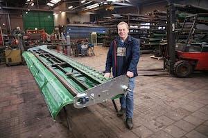 Arnold den Dekker (63) is samen met broer Hans (61) en zoon Jeroen (34) de drijvende kracht achter A. Den Dekker & Zn in Werkendam (N.-Br.). Fabrikant van graszaadoprapers en graszaadlichters sinds 1993.