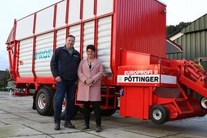 Gerard en Gertine Stronkhorst voor hun Pöttinger caravan