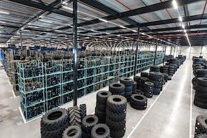 Het nieuwe magazijn is anderhalve hectare groot. 60% van de omzet komt uit het merk BKT.