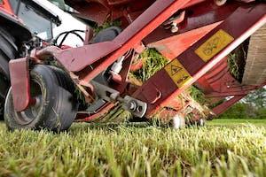 Het ideale plaatje: voldoende stoppellengte, tanden die net door het gras gaan, maar de grond niet raken. - Foto: Michel Velderman