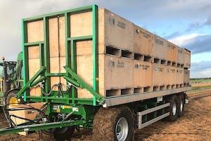 Met de nieuwe Agroliner-kistenwagen kun je vanuit de trekker hydraulisch de lading zekeren, en dus hoef je niet met spanbanden te gooien. Foto's: Kröger.