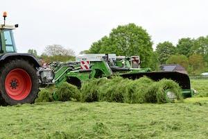 De allereerste Samasz Falco2 bandhark in Nederland aan het werk in het Brabantse gras. Foto: Jacco van Erkelens