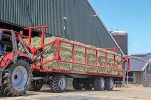 Dijkstra vervoert duizenden balen per jaar, en investeerde daarom in een vastzetsysteem op één van z'n wagens.