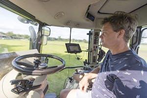 Met de zelf(op)bouw stuurautomaat komt nauwkeurig handsfree rijden ook in het bereik van veehouders en andere 'kleine' trekkergebruikers.